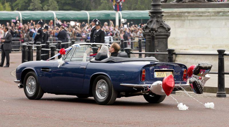 Az esküvő utáni kocsikázásnál jól látszik Vilmos hátsó hajvesztése is