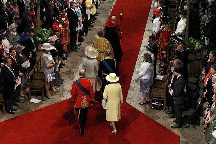 Fekete egyenruhában Charles, pirosban Philip hercegek