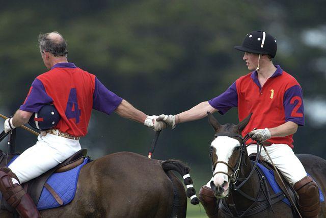 Károly herceg lovaspóló közben hátulról